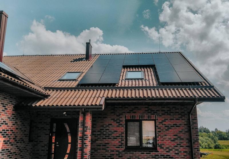 Saulės elektrinės ant šlaitinio stogo
