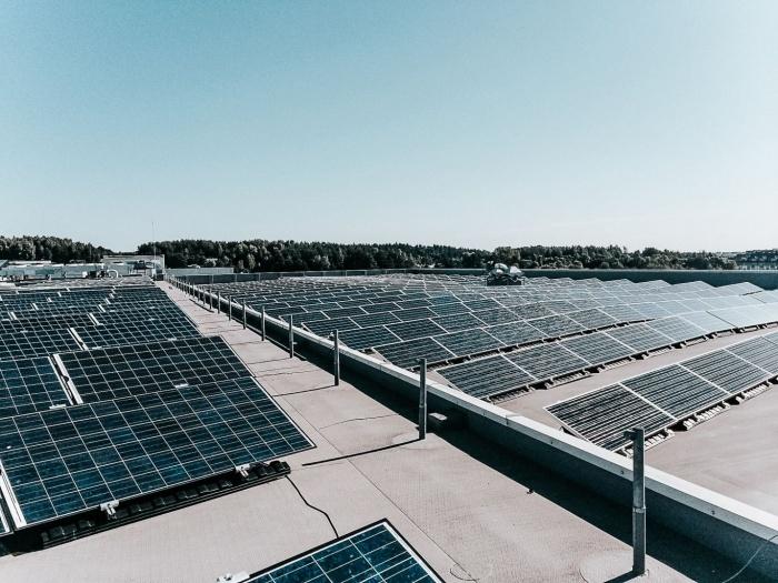 Saulės elektrinės ant plokščio stogo ar žemės