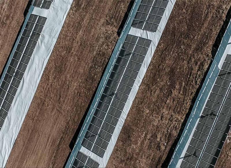 Saulės elektrinė ant stogo ir žemės